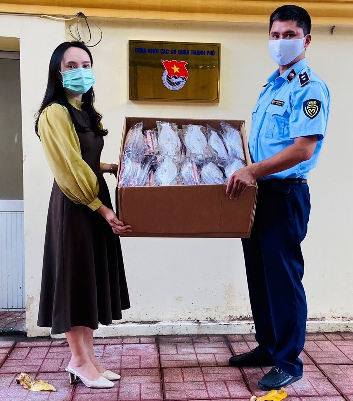 Cục QLTT thành phố Hải Phòng ủng hộ khẩu trang cho Đoàn bác sỹ trường Đại học Y dược Hải Phòng tham gia chống dịch tại tỉnh Bình Dương.